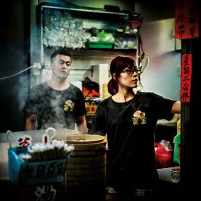 fotografía urbana nocturna puesto de comida en taipei