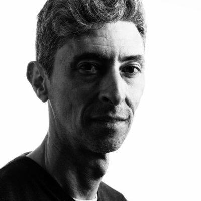 fotografia de retrato en blanco y negro de hombre de perfil