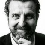 fotografo Gijon de retrato masculino corporativa en blanco y negro para el autor Inaciu Iglesias