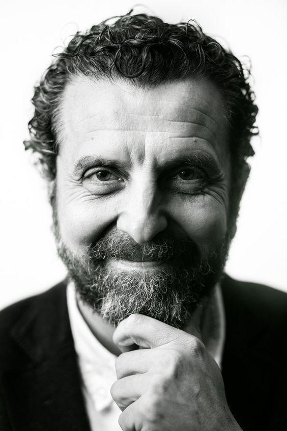 Ojos de hojalata fotografía de retrato masculino corporativa en blanco y negro para el autor Inaciu Iglesias